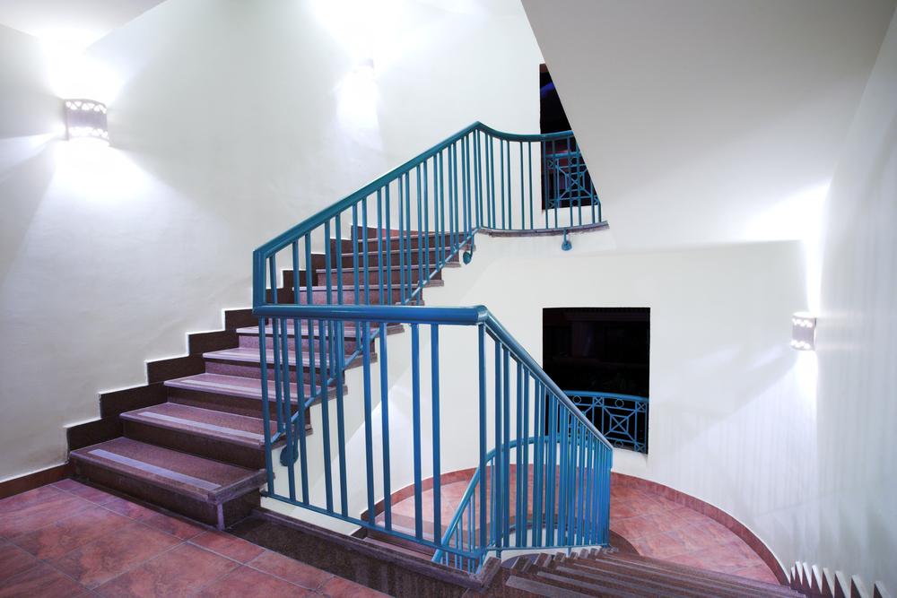 מעקה מדרגות בצבע כחול
